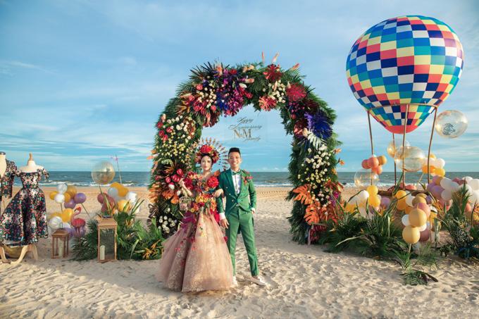 Ekip chia không gian tiệc thành hai khu vực chính để decor: sân khấu biểu diễn và backdrop chụp hình ở bãi biển. Còn khu vực đón khách có cổng chào lớn với muôn hoa khoe sắc.