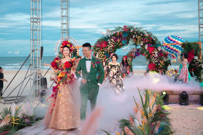 Cặp vợ chồng đã có một màn trình diễn catwalk  ăn ý, đem lại không khí vui tươi nhằm chào đón khách mời tới buổi tiệc.