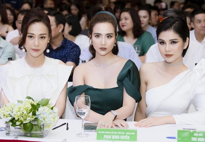 Dàn mỹ nhân từ trái qua gồm Phương Oanh, Huyền Lizzie, MC Thu Hoài sánh vai trên dãy ghế dành cho khách mời đặc biệt. Cả ba khoe nhan sắc một 9 một 10.