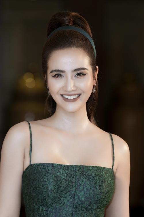 Nữ diễn viên chọn cách trang điểm sắc sảo để phù hợp vai trò quản lý của mình. Trông cô sang trọng, nữ tính khác với hình ảnh Phương bạo chúa có mái tóc tém trong bộ phim đang tham gia.