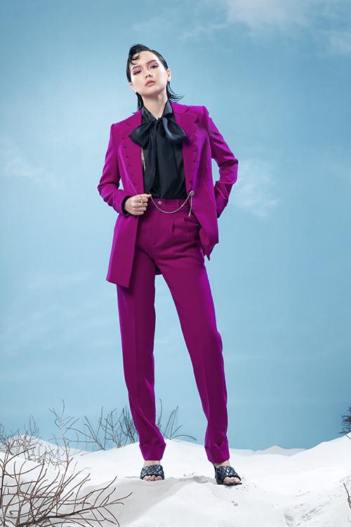 Áo lụa thắt nơ thiết kế trên vải trong suốt được mix cùng suit biến tấu cổ áo độc đáo mang tới nét mới lạ cho các kiểu suit mùa hè.