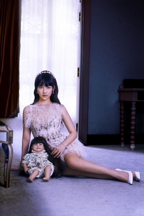 Thiên thần hộ mệnh là cơ hội đầu tiên chạm ngõ điện ảnh của ca sĩ Amee. Cô nhận phim này ngay sau khi phát hành album đầu tay. Khi casting, Amee được Victor Vũ nhận xét diễn tự nhiên và có duyên.