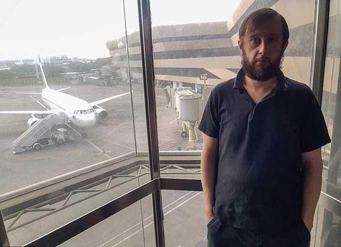 Roman Trofimov vẫn đang bị kẹt ở sân bay sau 110 ngày. Ảnh: Viral Press.