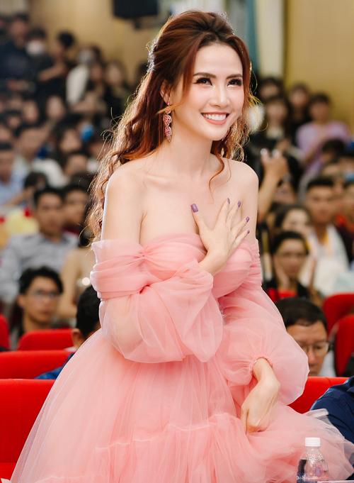 Phan Thị Mơ từng làm giám khảo Hoa khôi Đại học Nam Cần Thơ năm 2016. Khi trở lại xứ Tây Đô tiếp tục ngồi ghế nóng sân chơi này cô có nhiều cảm xúc bồi hồi.