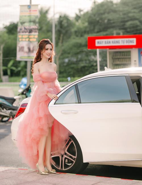Bộ cánh trễ vai, dáng mullet giúp người đẹp quê Tiền Giang khoe vẻ gợi cảm, nữ tính.