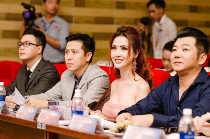 Phan Thị Mơ chăm chú theo dõi các màn trình diễn áo dài, váy dạ hội của các thí sinh trên sân khấu.