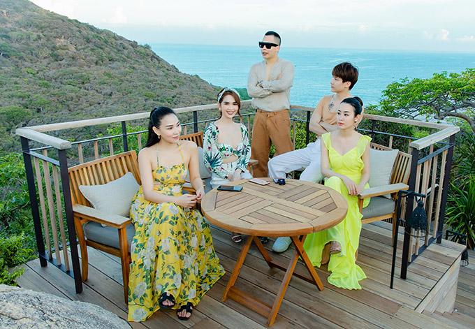 Họ nghỉ dưỡng ở resort tiêu chuẩn 6 sao với thiết kế và tầm nhìn tuyệt đẹp, vừa ngắm được núi vừa chiêm ngưỡng cảnh biển.