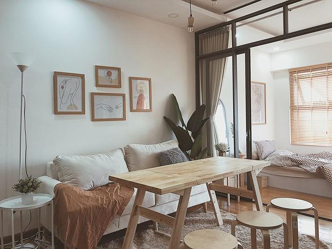 Vì không gian hạn chế nên Tơ tìm nhiều giải pháp từ thiết kế nhà ở trên Pinterest. Cuối cùng, chị tìm được mẫu bàn có thể chuyển đổi chiều cao, vừa là bàn ăn, vừa làm bàn trà nước. Khi không có khách, 2 chị em ngồi dưới thảm ăn uống. Còn khi có khách, bàn được nâng cao và Tơ bày thêm 3 ghế đôn gỗ từ tủ bếp, giúp bàn trà tiếp được tới 6 người cùng lúc.