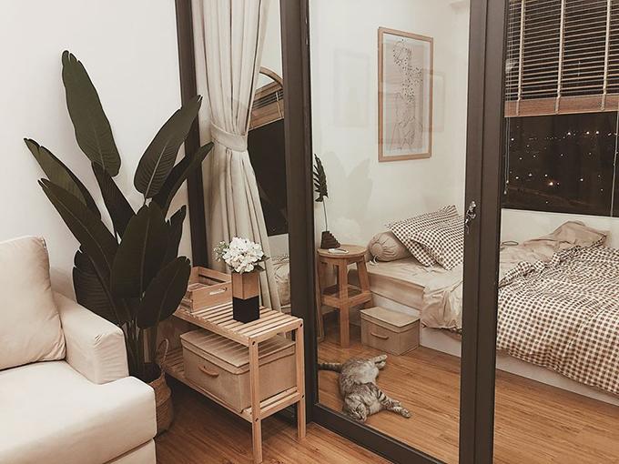 Căn hộ ban đầu mà Tơ nhận từ chủ cũ chỉ có một phòng ngủ. Nhưng vì ở hai chị em nên Tơ đã tận dụng, chia tách không gian phòng khách để có thêm một phòng ngủ nhỏ.