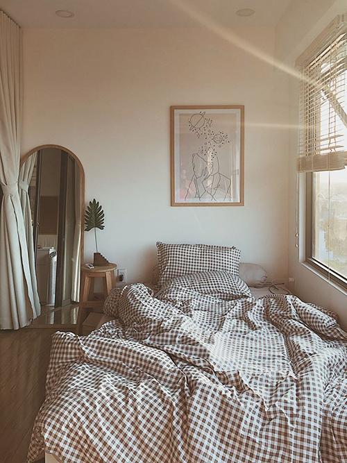 Phòng ngủ của Tơ có cửa sổ dài 4 m, được đảm bảo tính riêng tư nhờ hệ rèm.