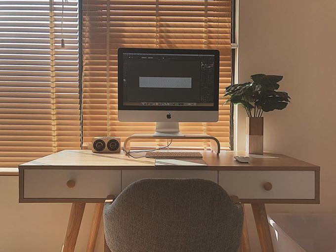 Nơi mà Tơ thích nhất trong căn hộ là bàn làm việc, có chiếc máy tính yêu thích, được nắng soi rọi mỗi sớm mai, là nơi mà chị cho ra đời các sản phẩm sáng tạo.