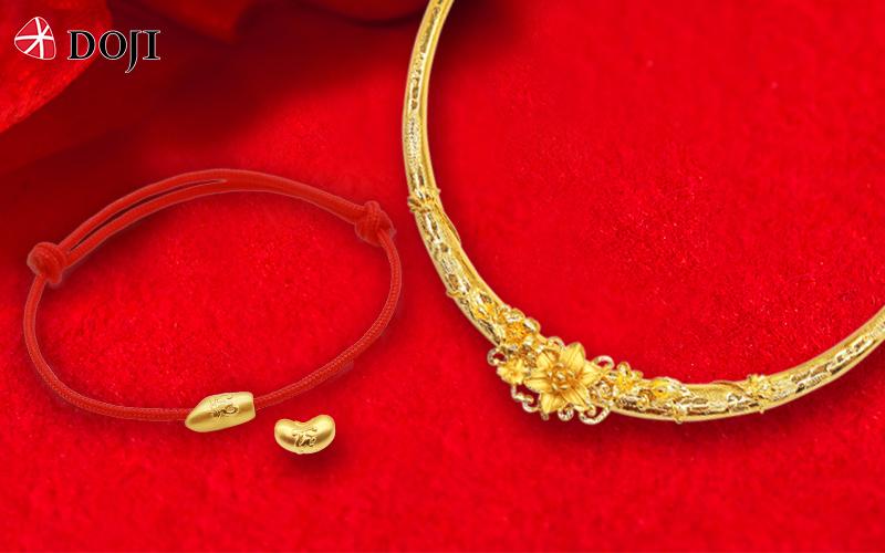 Trong tháng sinh nhật tập đoàn, DOJI dành ưu đãi tới 30% tiền công chế tác với các sản phẩm trang sức vàng ta như kiềng vòng vu quy, charm vàng và các sản phẩm trang sức vàng 24K công nghệ 3D. Bên cạnh đó, khách hàng có hóa đơn trang sức vàng ta tiền công từ 3 triệu đồng sẽ được tặng charm vàng 24K trị giá 800.000 đồng.