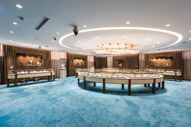 Với gần 3 thập kỷ hoạt động trong lĩnh vực vàng bạc, đá quý và trang sức, DOJI đã mang đến khách hàng những sản phẩm cao cấp về cả chất liệu và kỹ thuật chế tác. Sản phẩm của DOJI luôn được yêu thích bởi độ hoàn thiện cao. Với chương trình ưu đãi đặc biệt trong tháng 7, DOJI và Thế Giới Kim Cương mong muốn những món trang sức sẽ trở thành những người bạn đồng hành, tôn lên vẻ ngoài ấn tượng, tự tin cũng như năng lượng tích cực trong cuộc sống cho người phụ nữ Việt.