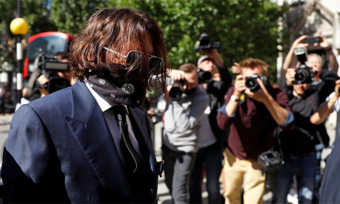 Johnny Depp bịt kín mặt đến tòa hôm 7/7.