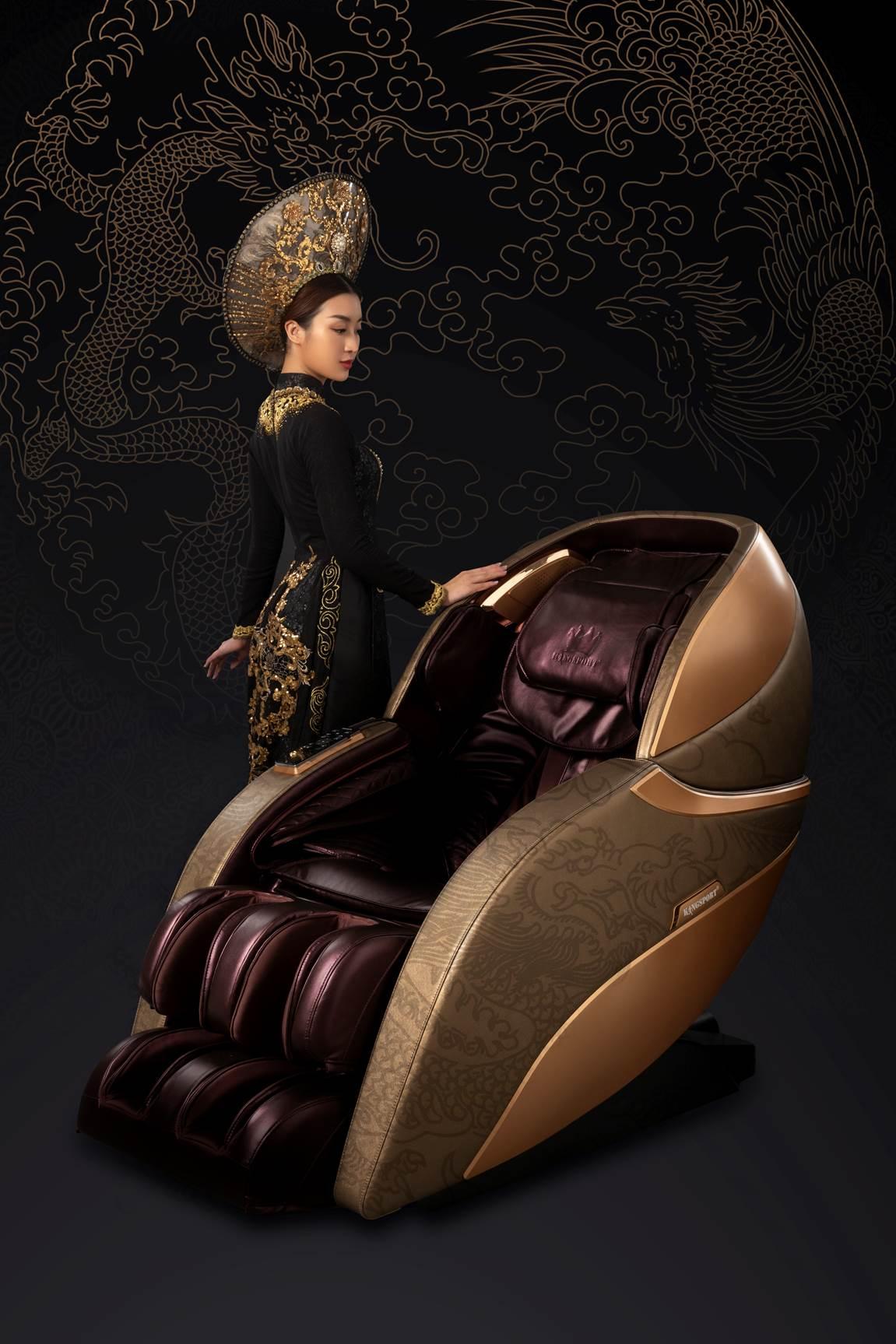 Hình ảnh Đỗ Mỹ Linh diện áo dài đen kiêu sa, bên thiết kế ghế massage mới của Kingsport là sự kết hợp tinh tế được cả giá trị truyền thống và hơi thở hiện đại.