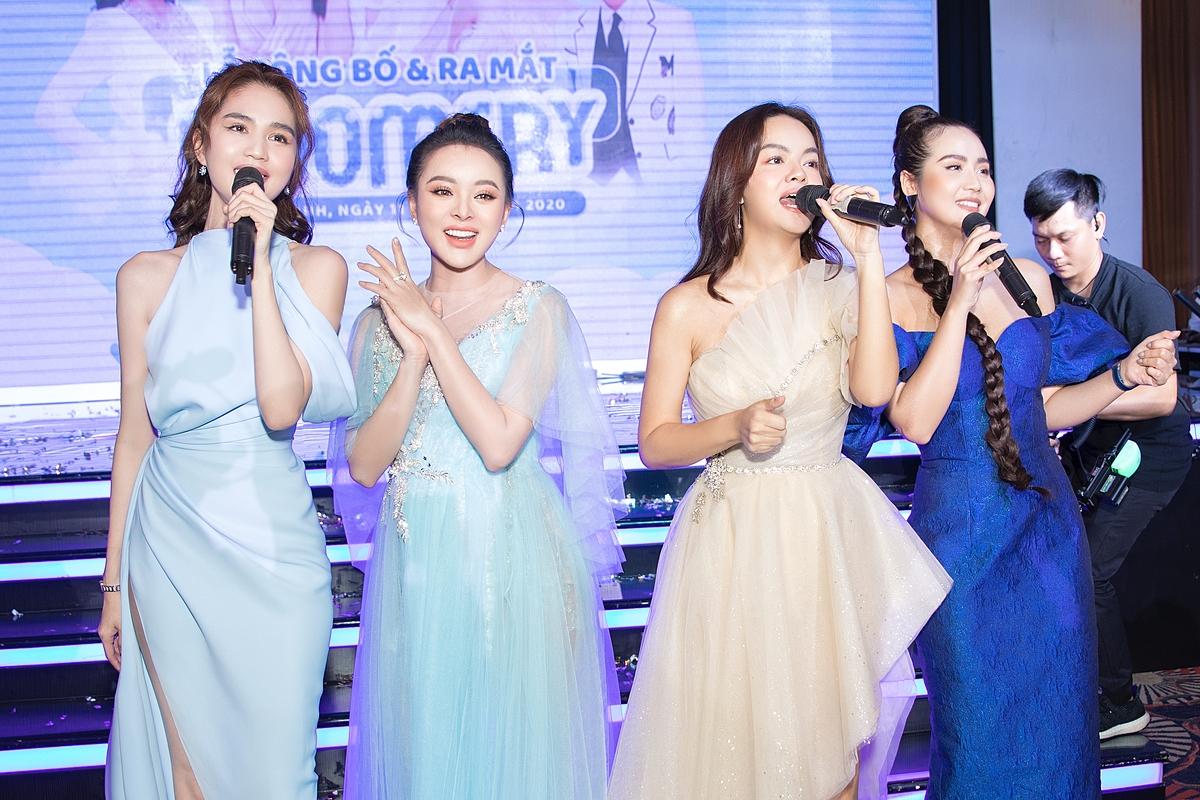 Vốn mê ca hát, Ngọc Trinh nhiệt tình lên sân khấu góp vui một tiết mục cùng Phạm Quỳnh Anh và các khách mời khác.