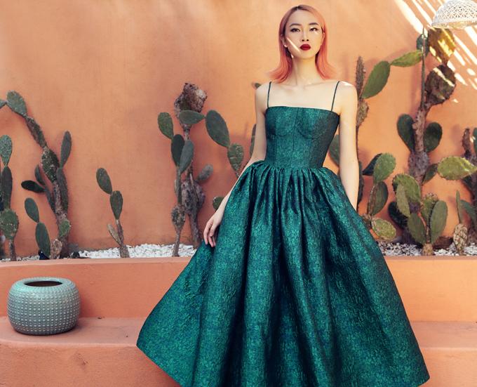 Ở loạt ảnh giới thiệu bộ sưu tập đầm tiệc dành cho mùa hè năm nay, NTK Hà Duy mời Top 5 Hoa hậu Việt Nam 2016 Thủy Tiên làm model. Bộ hình được thực hiện giữa không gian thơ mộng của một resort tại Hội An.