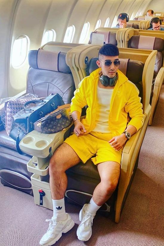 Hắn thường du lịch ở những resort cao cấp, ngồi máy bay hạnh thương gia, mua sắm hàng hiệu...