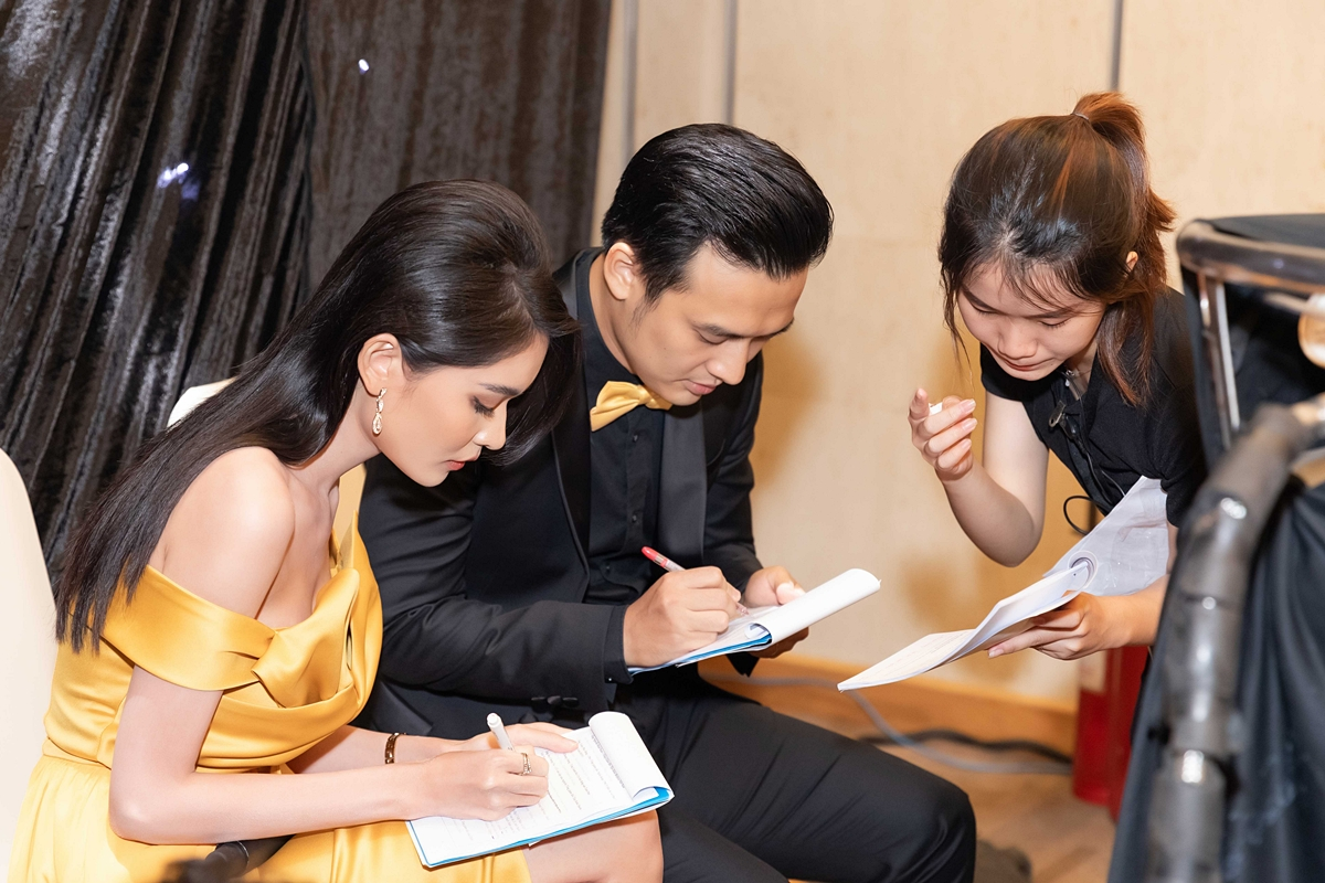 Trong hậu trường, Thùy Dung và MC Thiên Vũ làm việc kỹ lưỡng với êkíp trước khi event bắt đầu.