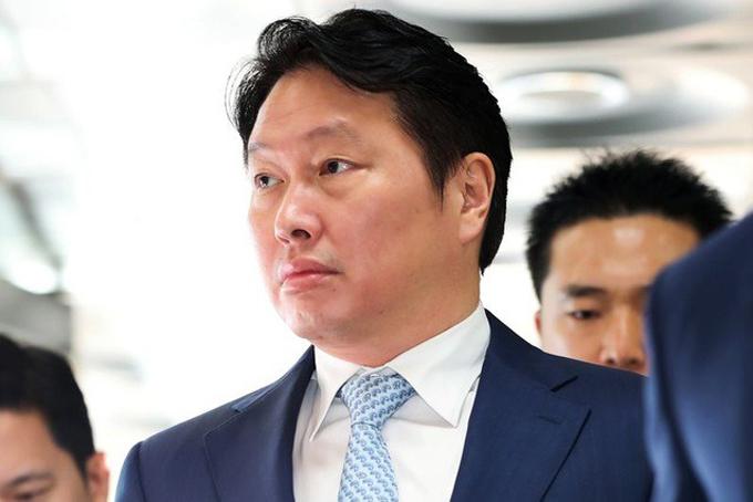 [CaptioChey Tae-won (3,3 tỷ USD, tăng0,5 tỷ USDso với 2019): Chey Tae-won là chủ tịch SK, tập đoàn lớn thứ 3 của Hàn Quốc, hoạt động trong nhiều lĩnh vực như viễn thông, chất bán dẫn, hóa chất, năng lượng... SK Telecom là nhà mạng di động số một của Hàn Quốc, SK Hynix là nhà sản xuất chip lớn thứ 2 của đất nước này. Chey Tae-won là cháu trai của người sáng lập SK Group Chey Jong-gun.
