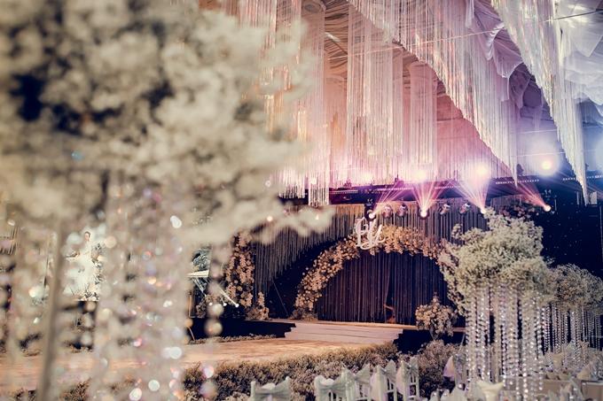 Đại diện của cô dâu cho biết để làm được sân khấu lung linh thế này phải dùng gần 1 triệu viên ngọc trai; 1,5 tấn pha lê và hàng chục ngàn mét các phụ kiện khác.