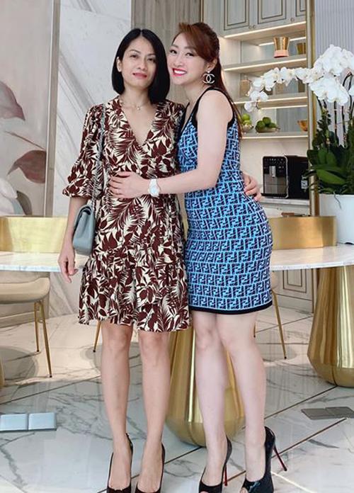 Lý Thùy Chang rất thân với vợ cũ của Chi Bảo. Cả hai thường xuyên trò chuyện, xem nhau như chị em.