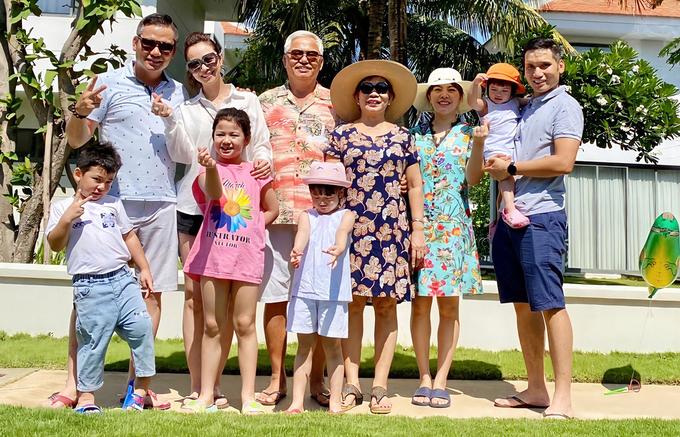 Chuyến đi có sự tham gia của đông đủ các thành viên trong đại gia đình. Mẹ chồng Jennifer Phạm chính là doanh nhân Trương Thị Thanh Thanh, phó chủ tịch hội đồng quản trị một tập đoàn lớn. Chồng cô còn có một người em trai, đã kết hôn và có hai con gái.