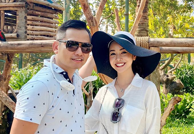 Hoa hậu Jennifer Phạm và ông xã đang có chuyến nghỉ dưỡng kết hợp với trao quà từ thiện tại Đà Nẵng, quê ngoại của doanh nhân Đức Hải. Người đẹp cho biết, gia đình chồng cô năm nào cũng về quê làm từ thiện bên cạnh một số hoạt động cộng đồng khác.