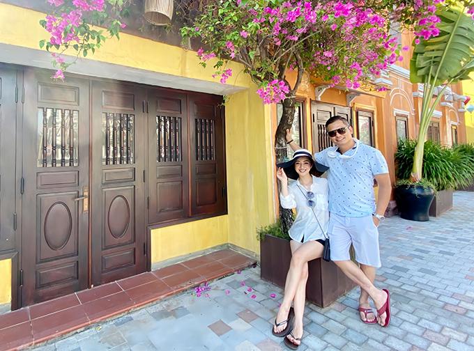 Vợ chồng Jennifer Phạm - Đức Hải thăm thú cảnh sắc phố cổ Hội An.