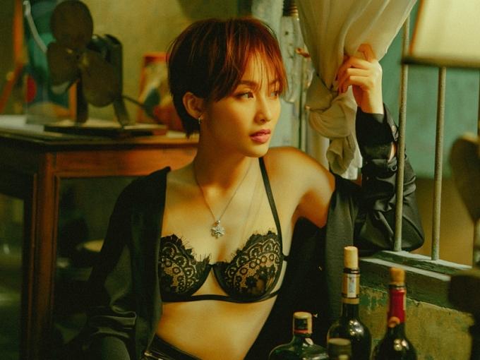 So với MV 'Cô gái Việt Nam', Khả Ngân có nhiều bước tiến về kỹ thuật hát, phô diễn trọn vẹn giọng hát được cô dành nhiều tâm huyết rèn luyện. Cô nhấn mạnh vào phần thể hiện ca khúc, tránh phụ thuộc vào hình ảnh hay giai điệu thu hút sự chú ý của khán giả.