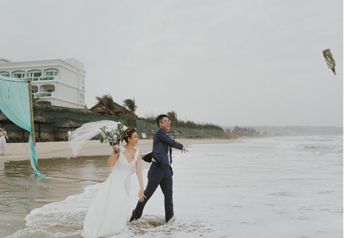 Cặp cô dâu chú rể còn viết lời yêu của mình vào một tờ giấy, trao nhau lời thề trong nghi lễ rồi bỏ giấy vào chai, ném xuống biển, ngụ ý biển cả làm chứng cho tình yêu đôi lứa.