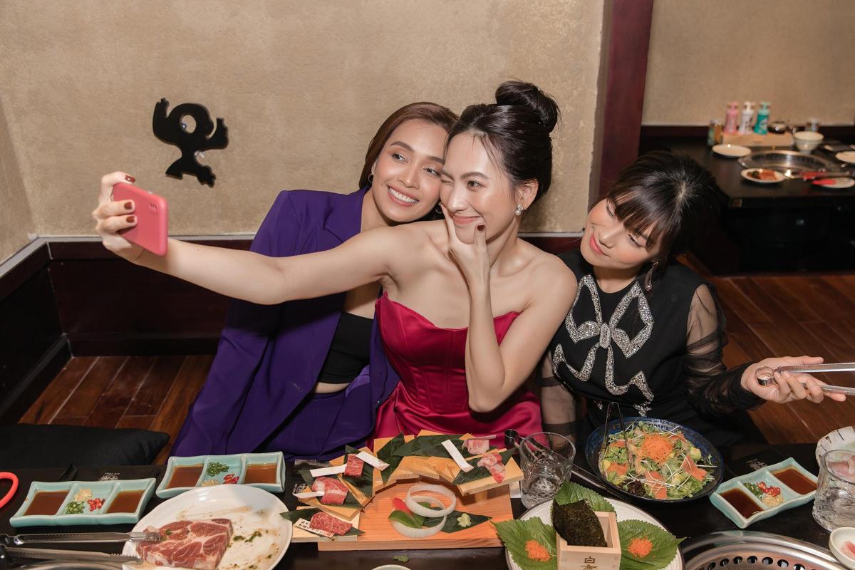 Trước khi nhập tiệc, ba người đẹp cùng selfie.