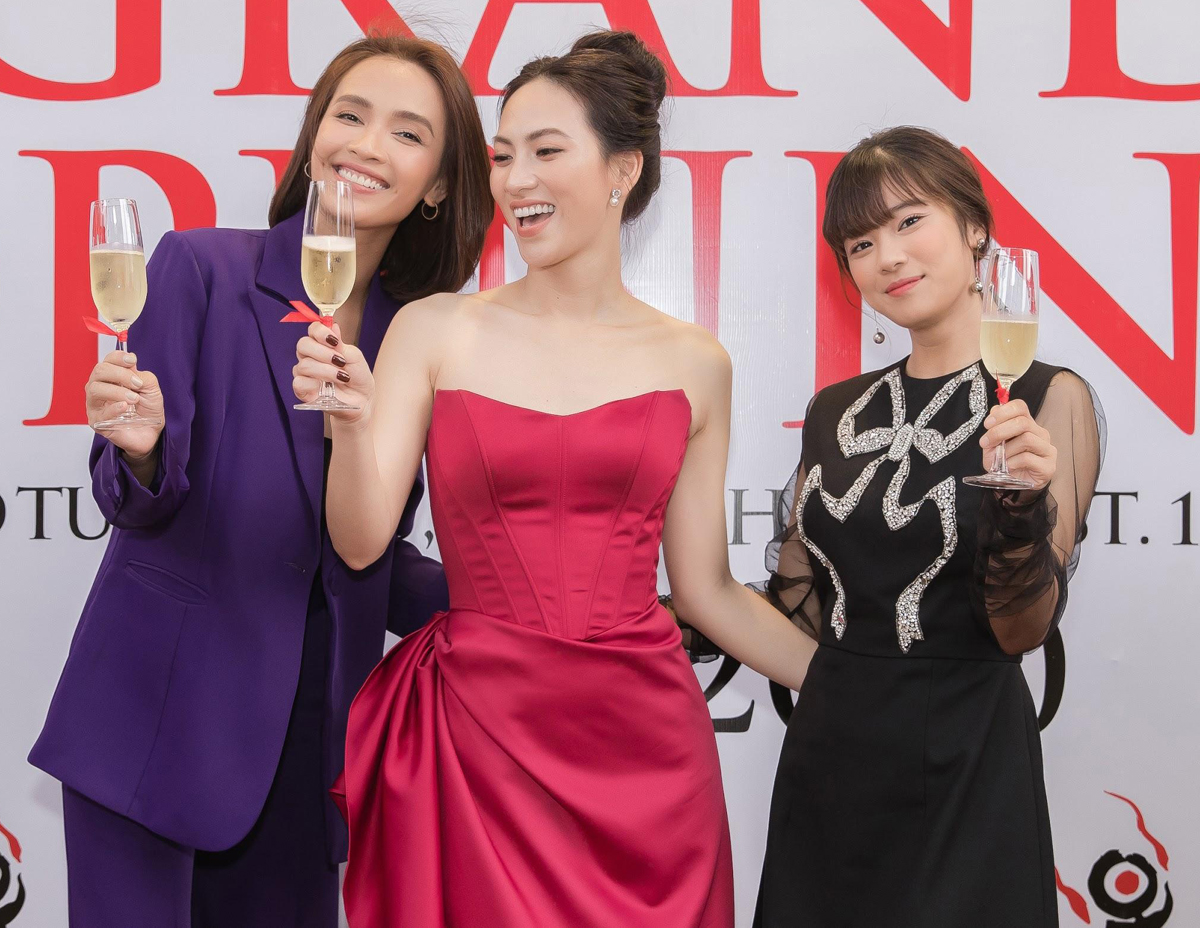 Ba người đẹp cùng nâng ly chúc mừng nhà hàng làm ăn phát đạt.