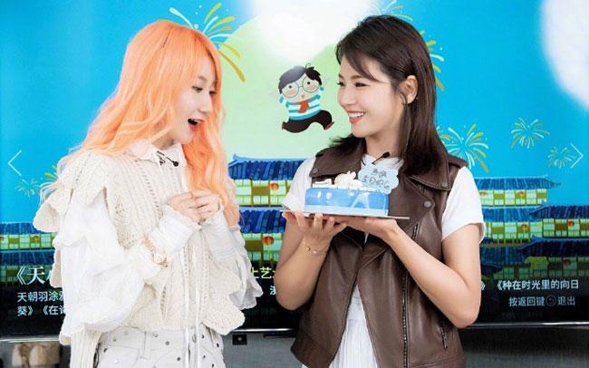 Trên trang cá nhân, Lưu Đào đăng loạt ảnh mới và bày tỏ lời cảm kích tới đồng nghiệp, bạn bè đã gây bất ngờ cho cô nhân ngày sinh nhật. Bộ ảnh ghi lại khoảng khắc vui vẻ của Lưu Đào trong khi ghi hình chương trình