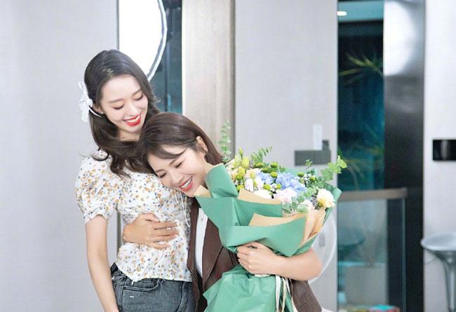 Gina đem đến bất ngờ cho Lưu Đào bằng bó hoa rực rỡ.