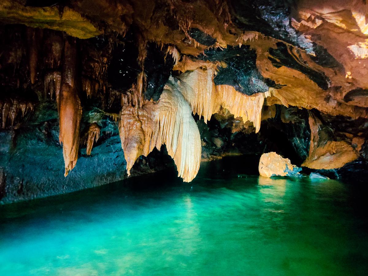 Chế độ chụp đêm tiếp tục được phát huy khi mọi người tiến sâu vào hang. Trong môi trường gần như tối hoàn toàn, màu xanh ngắt của nước, đen của đá và màu vàng cát của nhũ vẫn hiện lên lung linh.