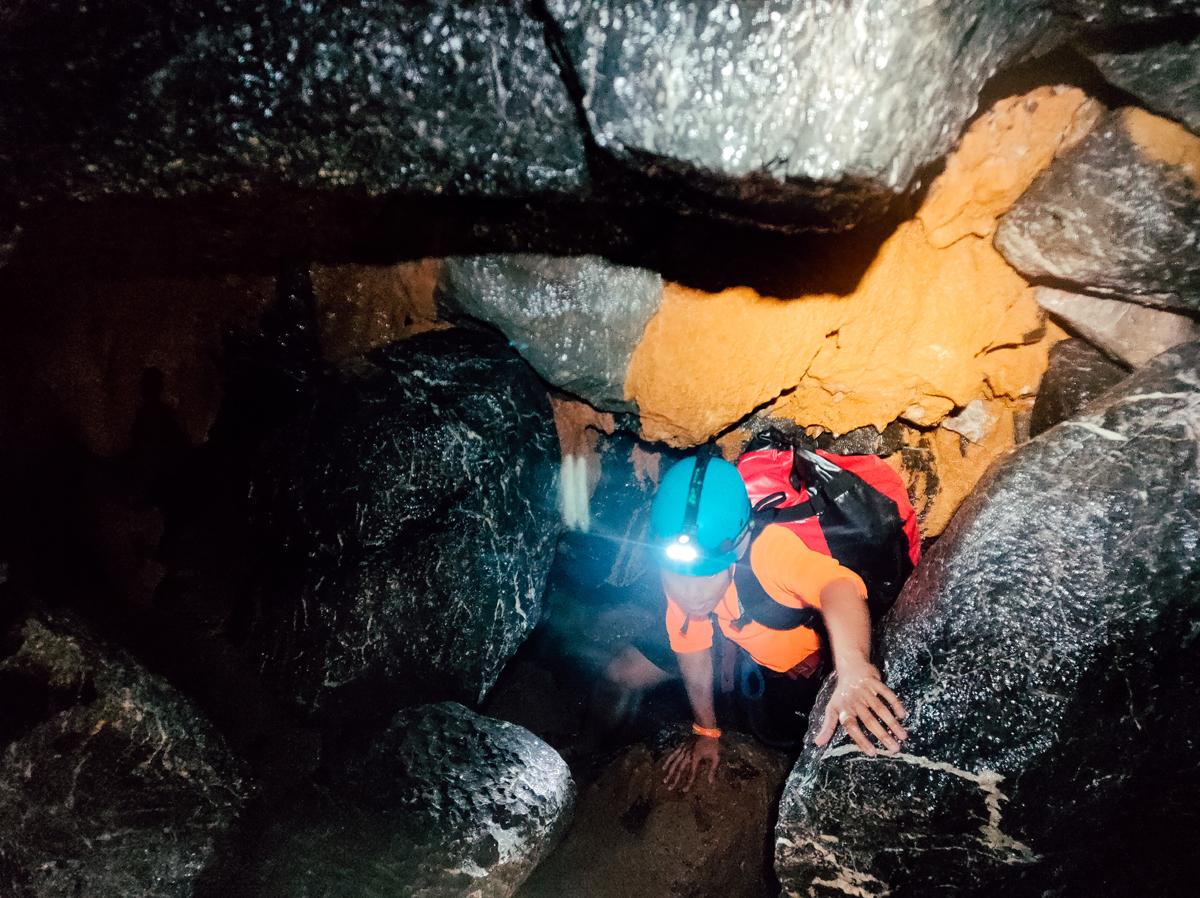 Hang Va được xếp vào mức độ 4 trên tổng cộng 6 cấp độ mạo hiểm ở hệ thống hang động Phong Nha - Kẻ Bàng, chỉ sau hệ thống hang Tú Làn và Sơn Đoòng. Hành trình chinh phục hang khó không phải bởi những đỉnh núi dốc đứng, bởi cơn nóng như đổ lửa của miền Trung tháng 6 mà ở những dòng nước ngầm lạnh như đá hay việc luồn lách qua những khe hở nhỏ, cảm giác cheo leo bên vách đá.