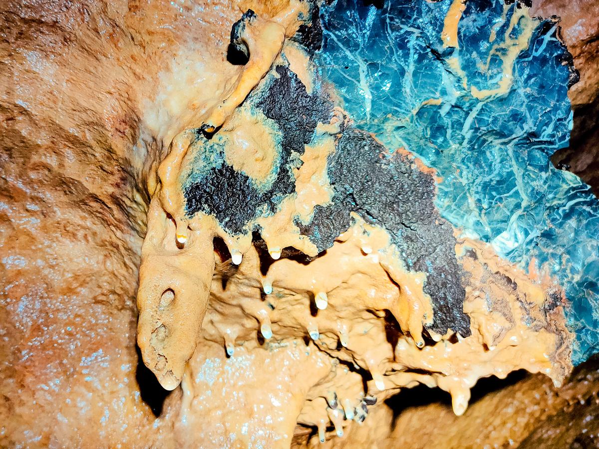 Bức ảnh thể hiện cách thạch nhủ đang dần thành hình, về sự trống trải bên trong thạch nhủ.