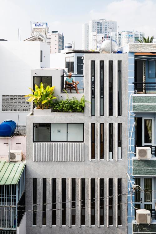 Công trình có diện tích mặt sàn 18 m2, nằm trong con hẻm nhỏ ở TP HCM, được hoàn thiện bởi nhóm kiến trúc sư (KTS) của Khuon Studio và anh Phan Khac Tung vào năm 2017.
