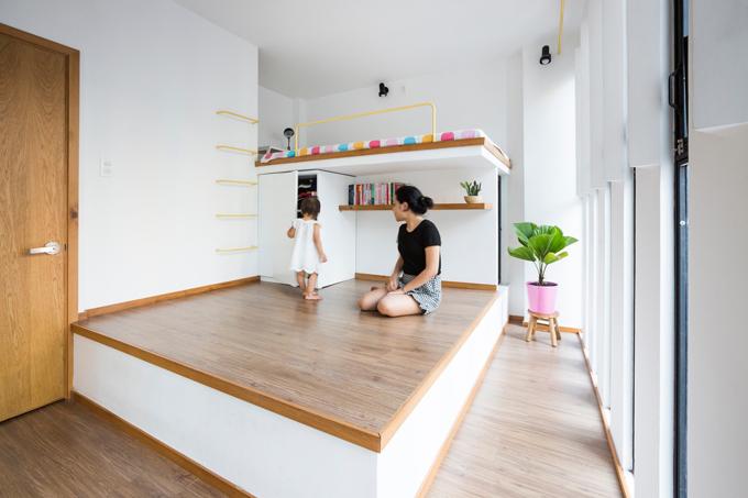Bên dưới giường tầng có tủ để đựng đồ đạc, giúp không gian sống ngăn nắp, sạch sẽ.