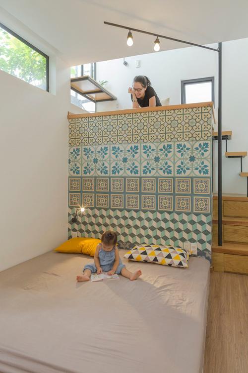 Tầng kế tiếp dẫn đến phòng ngủ chính của hai vợ chồng.