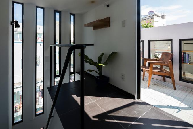 Tầng thượng có diện tích nhỏ và có tủ âm tường để gia chủ lưu trữ sách.