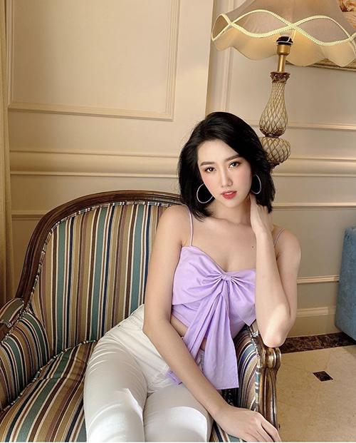 Thúy Ngân khoe vai trần gợi cảm với áo thắt nơ. Trang phục tông tím được nữ diễn viên phối hợp nhịp nhàng cùng jeans trắng.