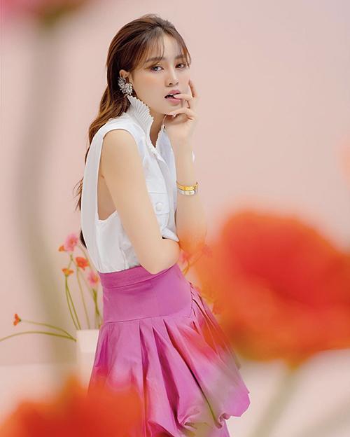 Chân váy gam hồng cánh sen nổi bật được Lan Ngọc sử dụng cùng áo sát nách để tạo nên set đồ mùa hè bắt mắt.