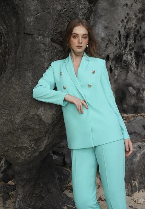 Mùa hè dường như tươi mát hơn với thiết kế vest cơ bản màu pastel nền nã.