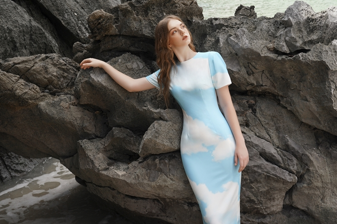 Lấy cảm hứng từ thiên nhiên kì vĩ, bộ sưu tập có chủ đề Resort 2020: Freedom mang đến nhiều lựa chọn phối đồ dành cho nữ công sở trong ngày hè. Những thiết kế cơ bản như bodycon, chân váy bút chì mới mẻ nhờ họa tiết trời xanh, mây trắng. Sơ mi và chân váy lửng vốn quen thuộc bỗng trở nên thú vị khi được phối theo quy tắcSơ mi và chân váy lửng - những item quen thuộc với quý cô thành thị được phối theo quy tắc bù trừ, chân váy kiểu kết hợp cùng sơ mi cơ bản hoặc ngược lại sẽ cân bằng thị giác, tạo nên tổng thể tinh tế, thanh lịch.