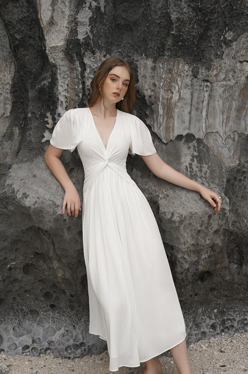 Trong một thiết kế mang đậm phong cách vintage, màu trắng trông ngây thơ, dịu dàng, tôn vẻ đẹp hình thể của người mặc. Đây là kiểu trang phục dễ sử dụng phụ kiện hay kết hợp giày, dép.