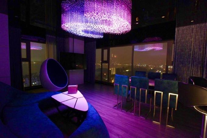 Không gian phòng khách đổi màu về đêm khi đèn trần được thắp sáng.