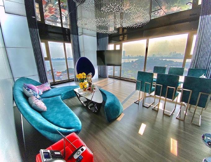 Căn chung cư cao cấp mà vợ chồng Claret Giang Lê đang sinh sống tọa lạc tại quận Tây Hồ, Hà Nội. Không gian sống của uyên ương được thiết kế theo phong cách modern & futuristic (hiện đại, tương lai). Ở phòng khách, Claret chọn lựa bộ sofa màu xanh cổ vịt, đèn trần hình giọt nước.