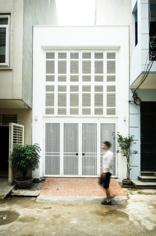 Ngôi nhà 2 tầng ở Hà Nội nằm tách biệt khỏi phố thị ồn ào, ẩn trong con ngõ nhỏ, có diện tích 46 m2, được hoàn thiện năm 2016 bởi Global Architects & Associates. Mỗi ngôi nhà được dựng lên đều ẩn chứa các câu chuyện thú vị riêng và căn nhà này không ngoại lệ. Gia chủ là giảng viên trẻ với chút kiến thức về đồ gỗ đã tự thiết kế, tạo ra đồ nội thất cho ngôi nhà, tạo nên dấu ấn cá nhân cho không gian sống. Với diện tích vỏn vẹn 46 m2, căn nhà có đủ các khu vực chức năng thiết yếu đối với cặp vợ chồng trẻ. Tuy nhiên ngân sách eo hẹp, thời gian thi công ngắn là đề tài tạo nên thách thức với nhóm KTS. Gia chủ mong muốn trong tương lai nhà có thể dễ dàng cải tạo, sửa chữa khi hai vợ chồng có kinh tế ổn định. Trải qua nhiều lần thảo luận, xem xét các phương án khác nhau, cuối cùng gia chủ và kiến trúc sư (KTS) cũng tìm ra kế hoạch phù hợp. Quan điểm thiết kế liên kết không gian sống với môi trường tự nhiên, lõi nhà đóng vai trò trung tâm, là nơi hội tụ của ánh nắng, gió và cây, giúp gia chủ có không gian sống lành mạnh, luôn được thanh lọc không khí. Bước vào nhà, toàn bộ không gian sinh hoạt chung được bố trí thông suốt, thoáng mát, có nhà để xe, phòng khách, bếp và phòng ăn được chia tách theo cách thông thường, tạo sự thông thoáng cho nhà ở. Nhà ống Hà Nội mắc phải không gian bị phân mảnh, thiếu ánh sáng, ẩm thấp. Tầng thứ hai là không gian riêng của gia chủ, có phòng ngủ với cửa sổ mở trực tiếp ra lõi nhà, hít thở không khí trong lành mỗi sáng, kết nối với phòng làm việc thông qua cầu thang. Nơi này được sử dụng để làm việc nhưng cũng đóng vai trò là phòng trữ đồ khi cặp vợ chồng có con nhỏ. Nội thất trong nhà mang sắc màu ấm áp, mộc mạc, có các mảng gạch trần, gỗ thông đã được xử lý chống mối mọt, có các mảng gạch hoa gợi nhắc ngày xưa, các chi tiết trên bàn làm từ các khối gỗ tạo điểm nhấn. Chi phí xây dựng là một yếu tố gây bất ngờ ở công trình, bởi vì nhóm KTS đã tư vấn sử dụng kết cấu thép, giảm tải sức nặng của ngôi nhà, rút ngắn tối đa thời gian thi công. Mặt khá